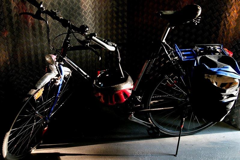 Fahrrad in ersten Sonnenstrahlen