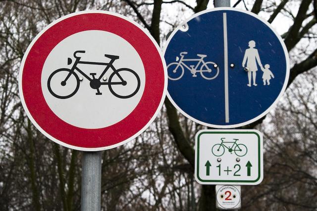 fahrradweg_aber_fahrradfahren_verboten-20080101-crw_6295.jpg