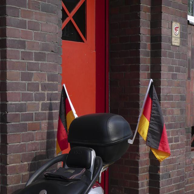 roller_mit_deutschlandfahnen-p1010411.jpg