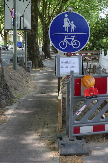 gemeinsamer_fuss-_und_radweg_radfahrer_absteigen-p1010413.jpg