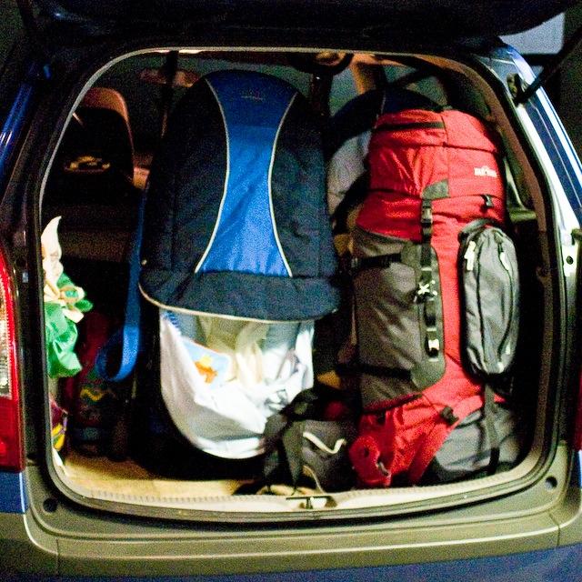 Reisegepäck im Kofferraum des Mazda Premacy meines Vaters